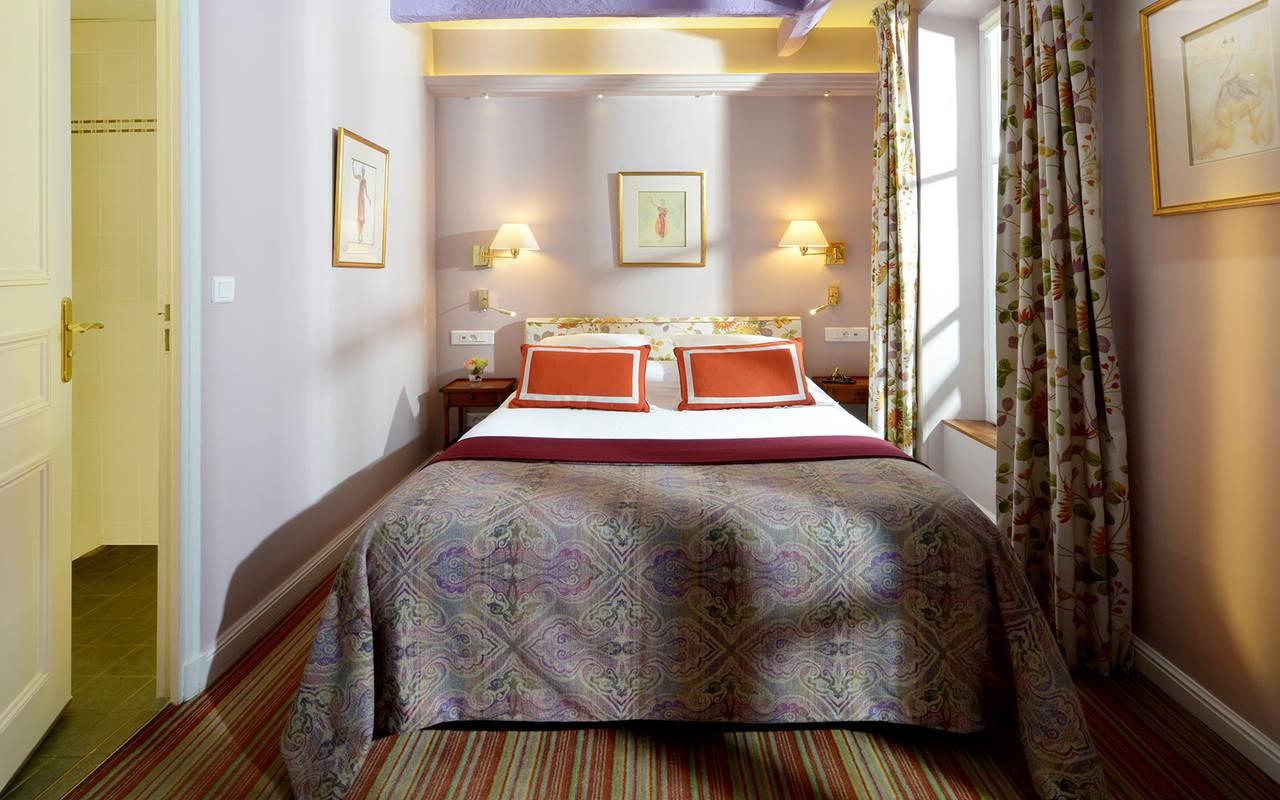 Chambre classique paris centre 4 toiles hotel for Hotel paris chambre 4 personnes